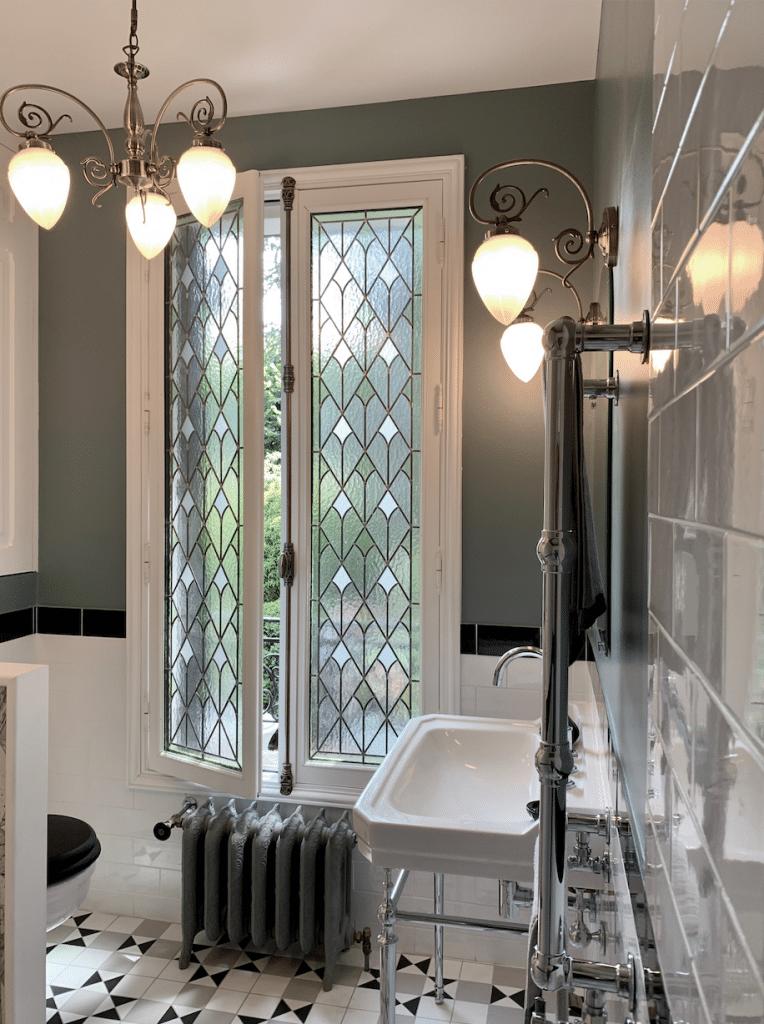 vitrail salle d'eau, bleu farrow and ball murs, Sol carrelage effet carreaux de ciment