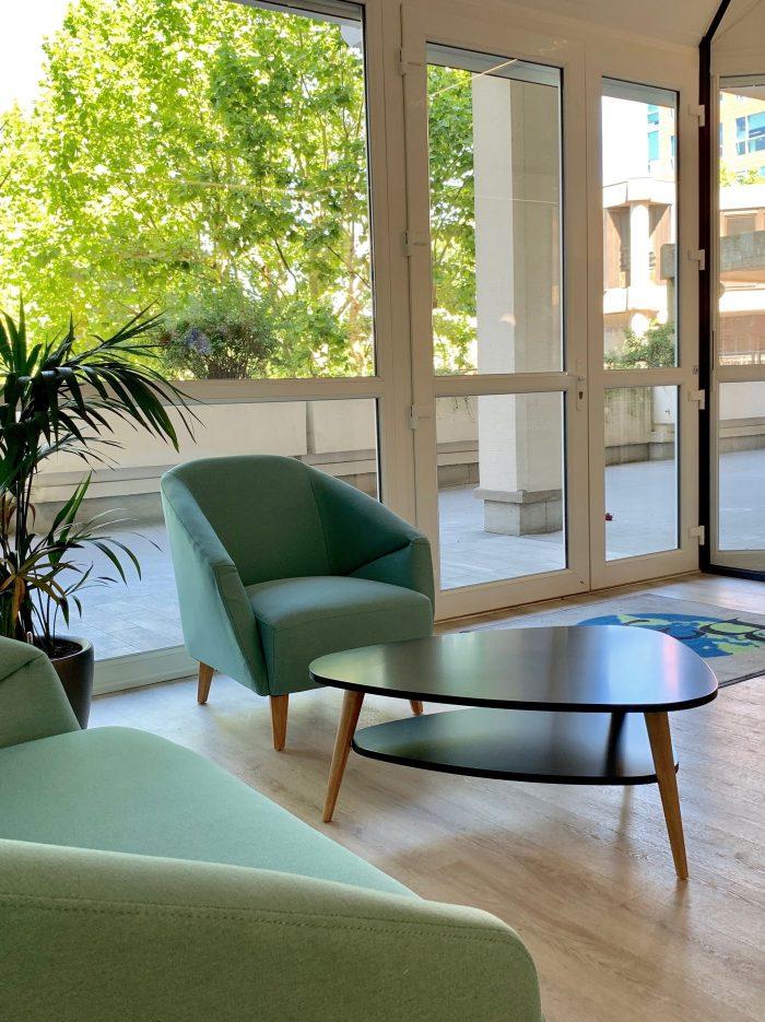 décoration et agencement bureaux salle attente canapé vert, sol effet bois décoratrice UFDI Synergie Déco