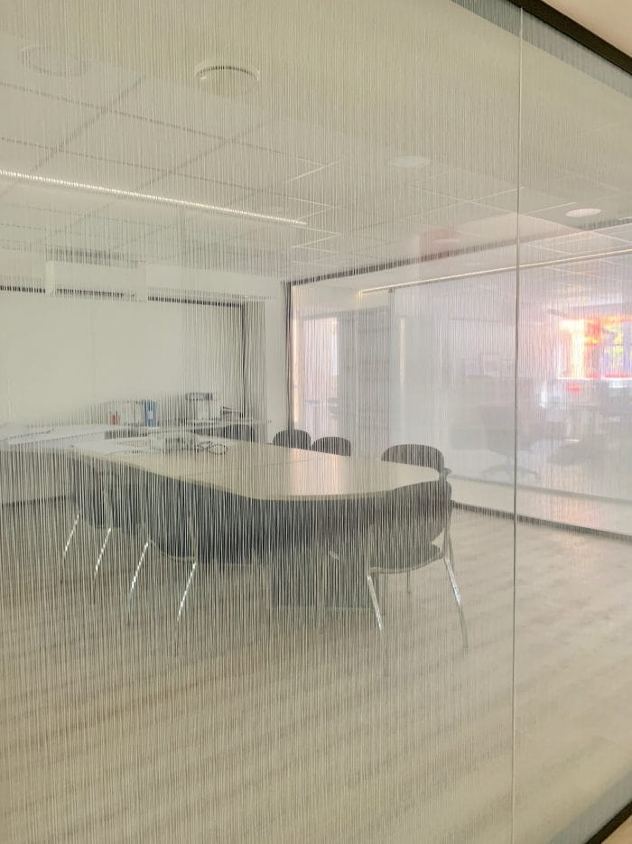 décoration et agencement bureaux décoratrice UFDI Synergie Déco, paroi vitrée vitrophanie
