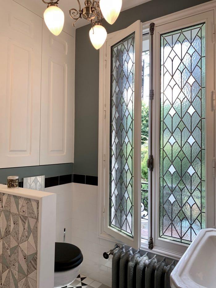 Vitrail salle d'eau, art déco, placard toilette blanc, murs beau farrow and ball, radiateur belle époque fleuri