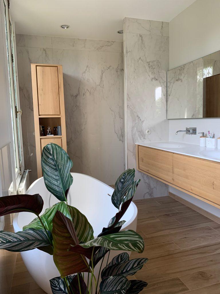 marbre murs, meuble salle de bain, bois, vaque corian, baignoire, ilot