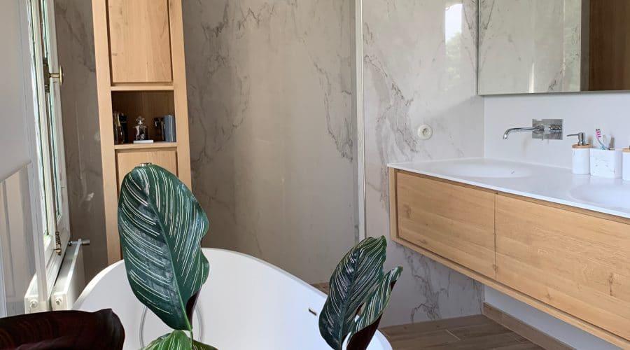 marbre murs, meuble salle de bain, bois, vaque corian, baignoire ilot