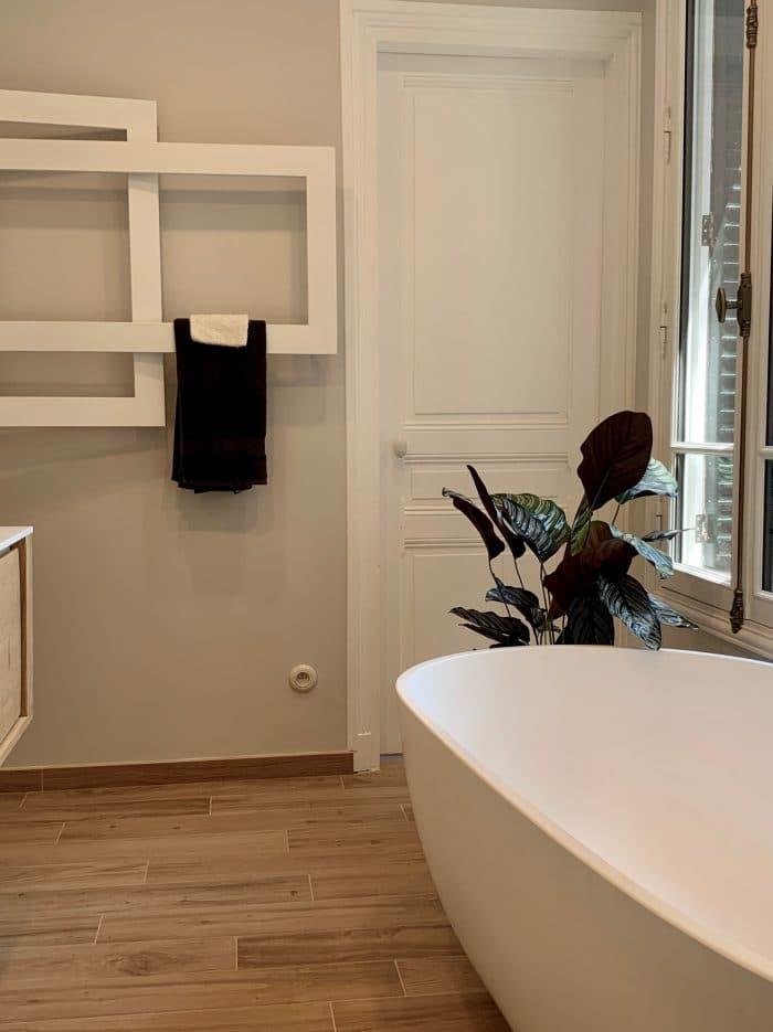 marbre murs, meuble salle de bain, bois, vaque corian, baignoire ilot, sèche serviette design