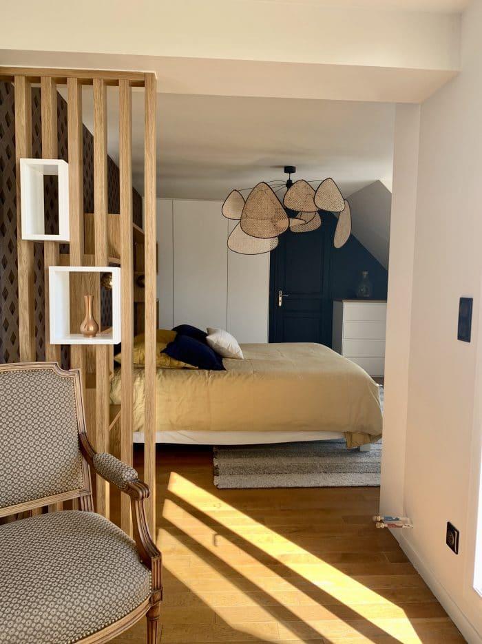 chambre lit 180 claustra mélanine blanc et chêne, tapis, screen, dressing, bibliothèque sous pente, Casamance, murs bleus,