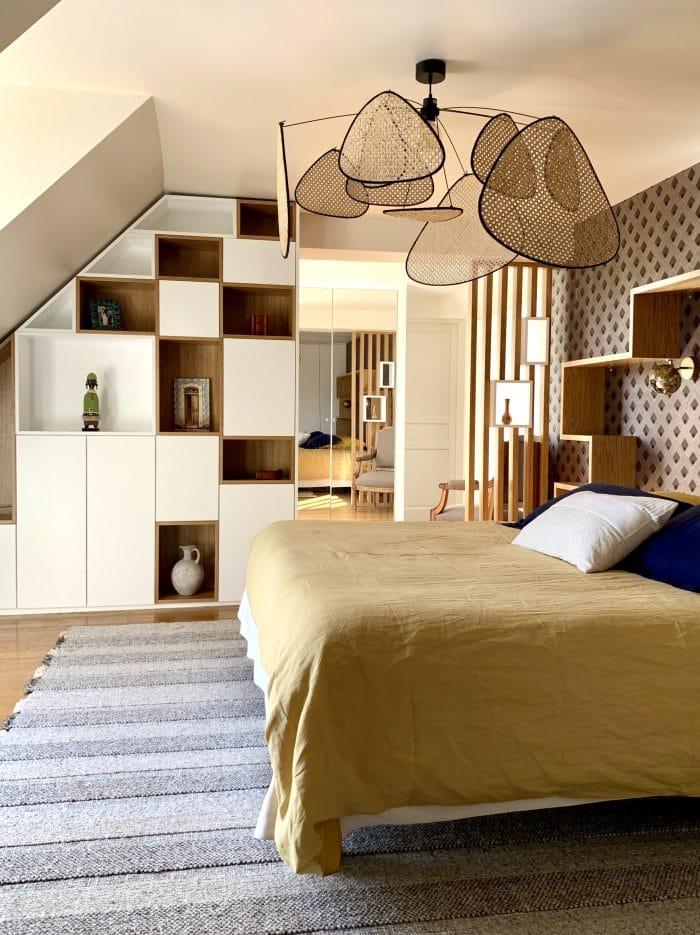 chambre lit 180 claustra mélanine blanc et chêne, tapis, screen, dressing, bibliothèque sous pente, Casamance, murs bleus, tête de lit bois sur mesure