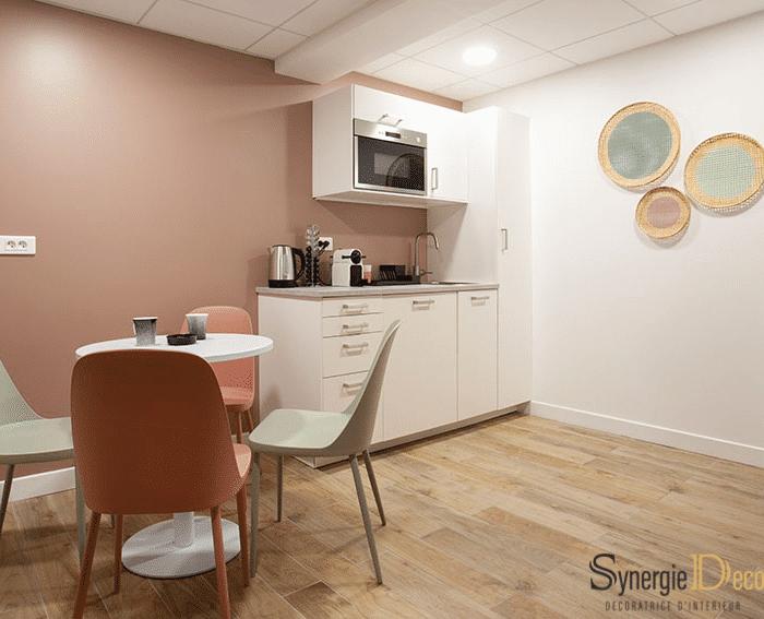 meuble sur mesure, bois sol, bureau blanc, décoratrice intérieur Boulogne murs verts, suspension boule, réunion déco cuisine entreprise