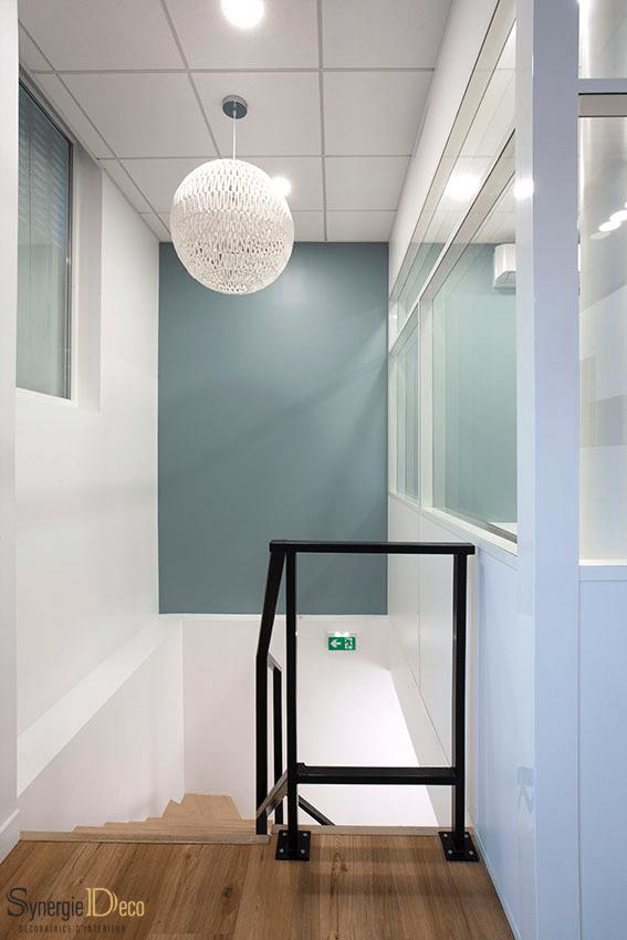 meuble sur mesure, bois sol, bureau blanc, décoratrice intérieur Boulogne murs verts, suspension boule, réunion déco escalier