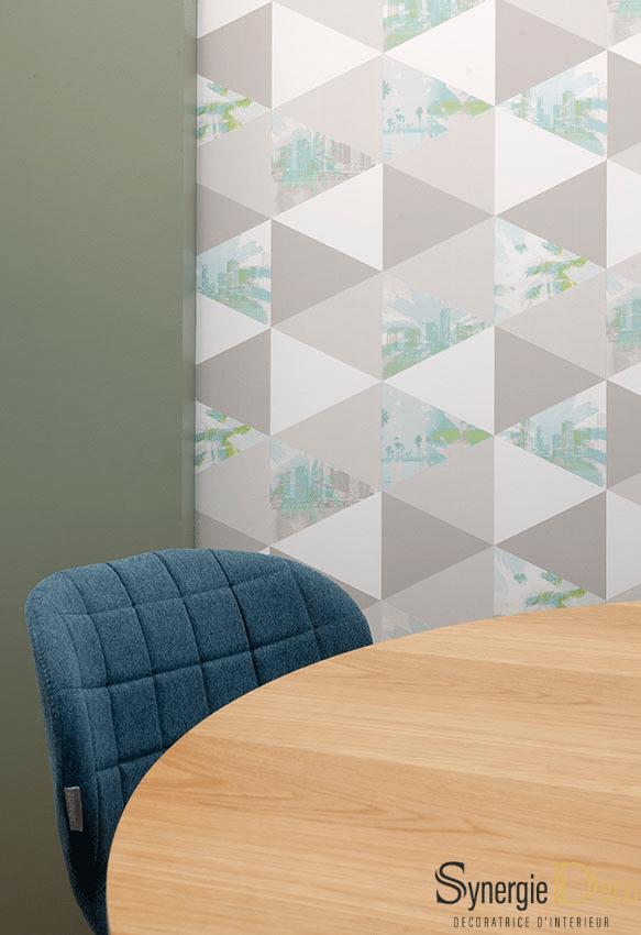 meuble sur mesure, bois sol, bureau blanc, décoratrice intérieur Boulogne murs verts, suspension boule, réunion déco chaise confortable molletonnée bureau