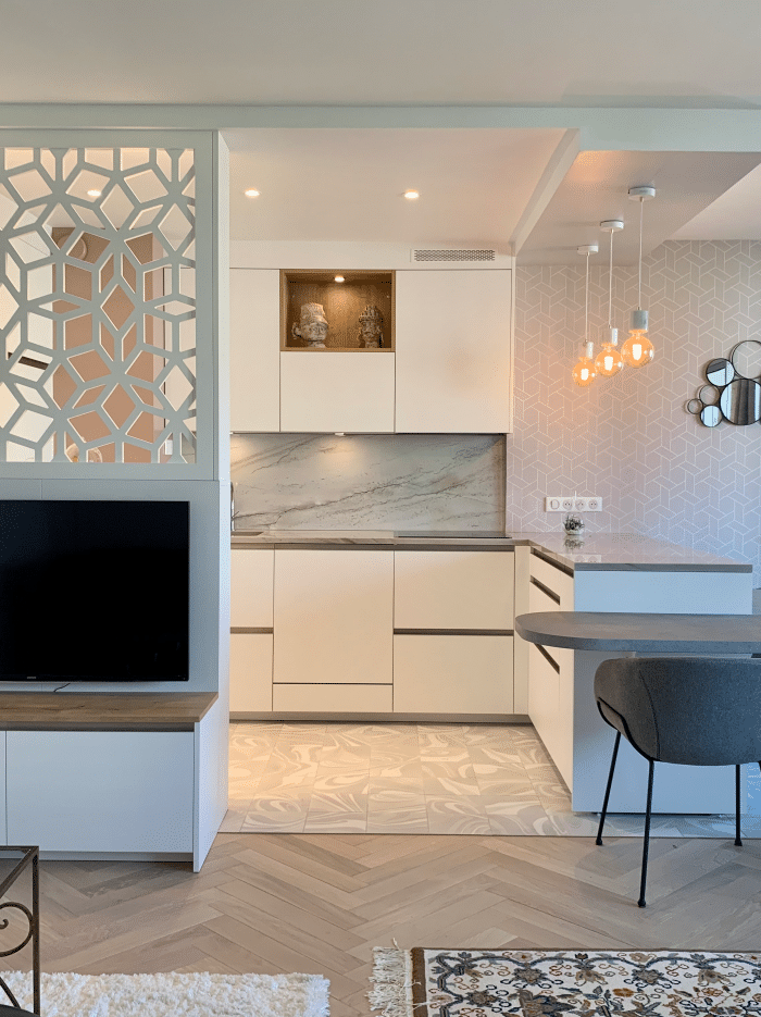 cuisine blanche claustra marbre faux plafond décoratif