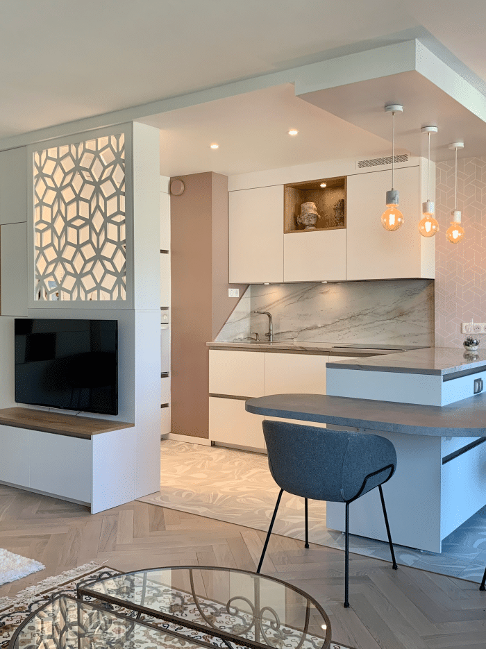 cuisine blanche Fenix ilot meuble TV intégré, Claustra faux plafond optimisation d'espace Synergie déco UFDI